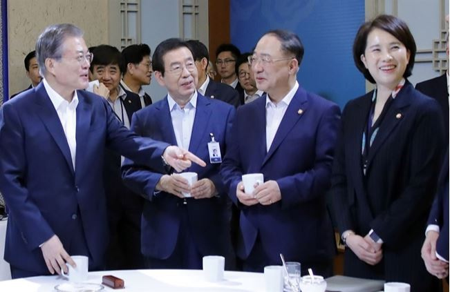 President Moon Jae-in talks with some members of the Cabinet -- Finance Minister Hong Nam-ki (second from right) and Education Minister Yoo Eun-hae (right) -- during a coffee break at Cheong Wa Dae on Oct. 8. Seoul Mayor Park Won-soon (second from left), as an attendee, also participates in the Cabinet meeting. (Yonhap)