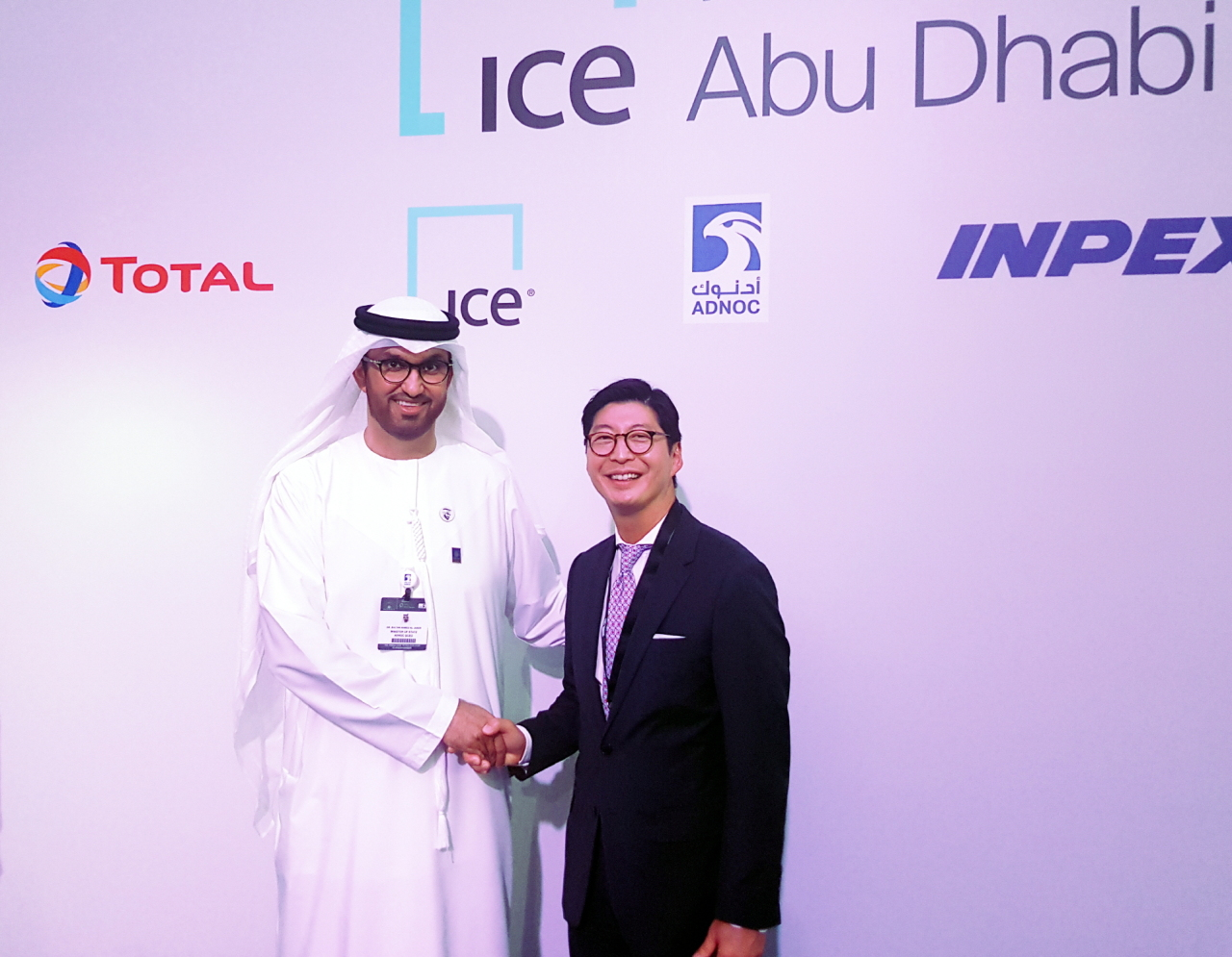 ADNOC CEO Sultan Ahmed Al Jaber (left) and GS Caltex CEO Hur Sae-hong pose for a photo after a signing ceremony for the launch of the ICE Futures Abu Dhabi on Monday. (GS Caltex)