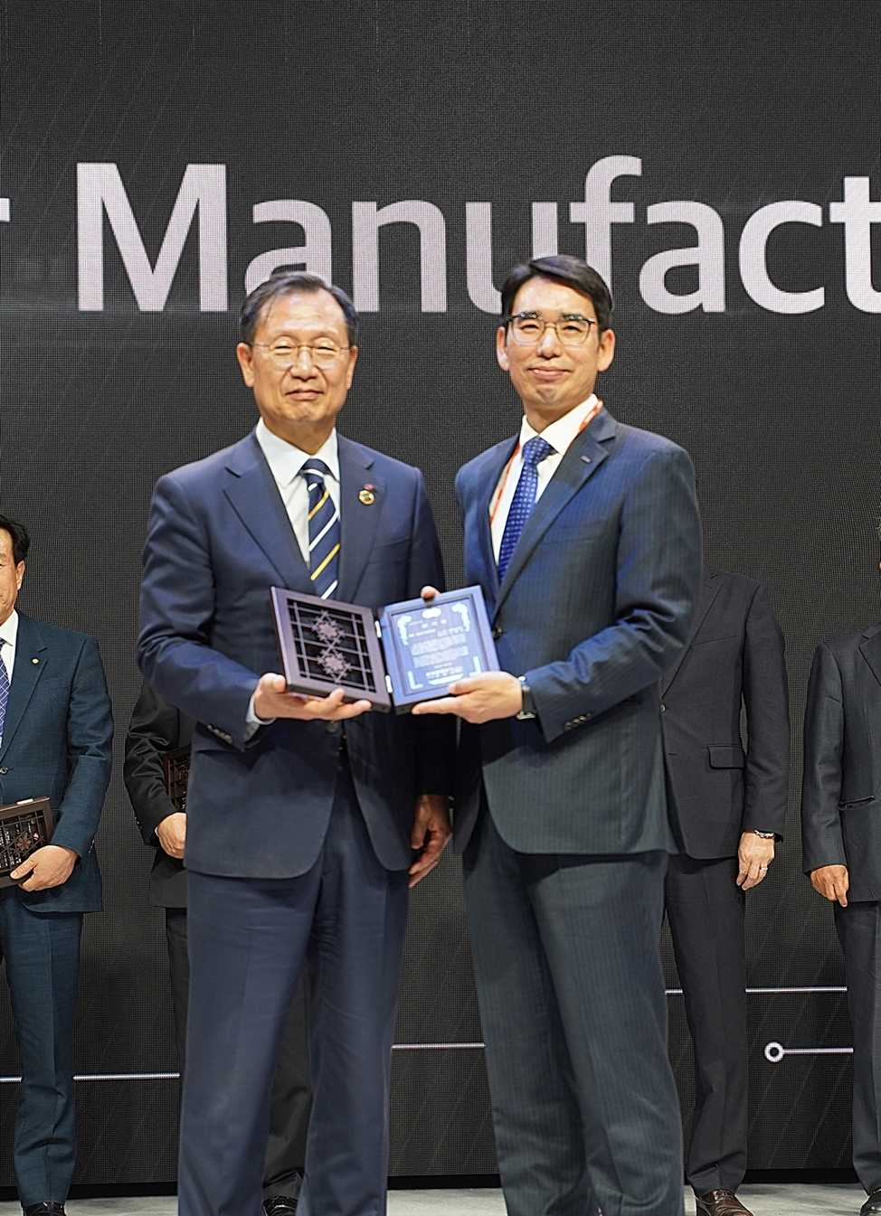 Kepco CEO Kim Jong-kap (left) and Taihan CEO Na Hyung-kyun pose for a photo after the 2019 BIXPO Awards on Friday in Gwangju. (Taihan)