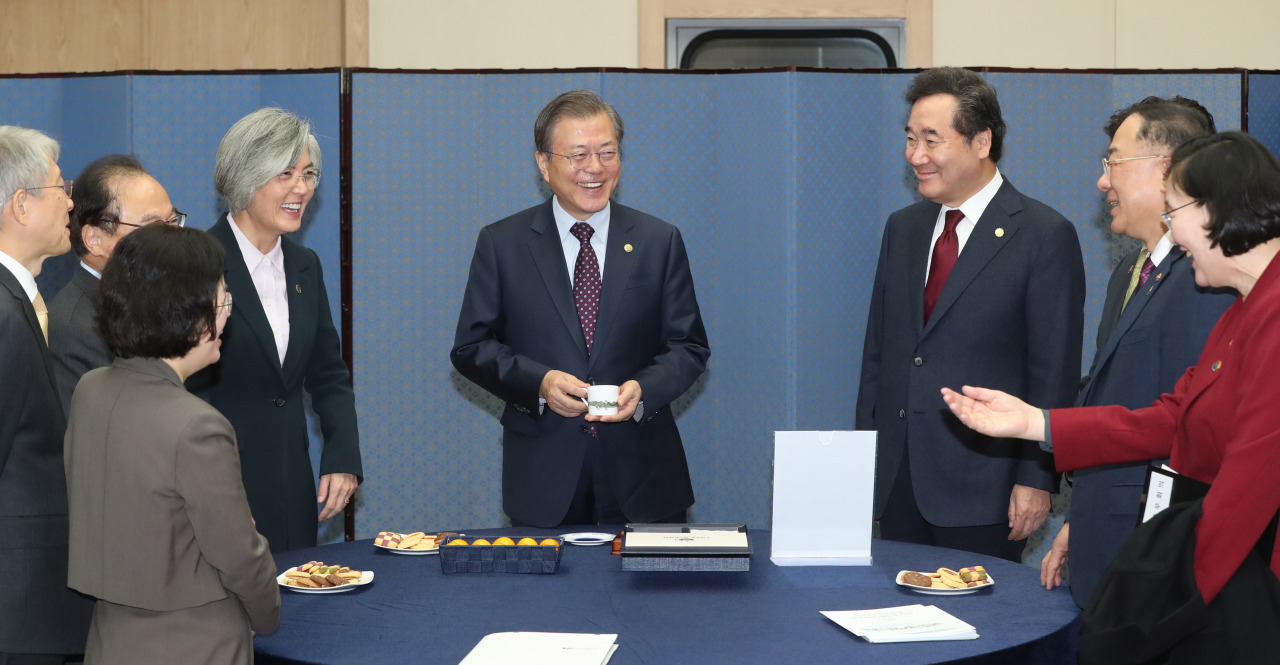 President Moon Jae-in speaks with Cabinet members including Prime Minister Lee Nak-yon (third from right) in Busan on Tuesday. Yonhap