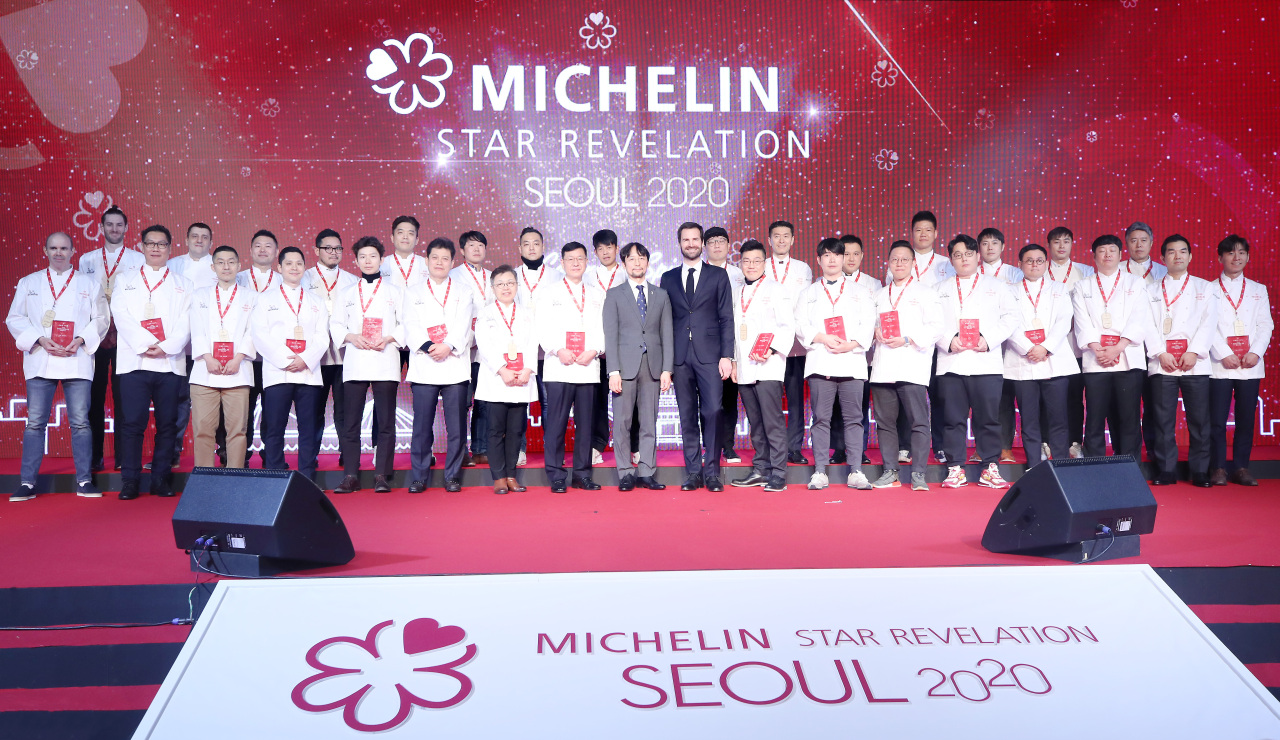 Chefs who received one or more stars in the Michelin Guide Seoul 2020 pose for photos at an event Thursday at Vista Walkerhill Seoul, Gwangjin-gu, eastern Seoul. (Yonhap)