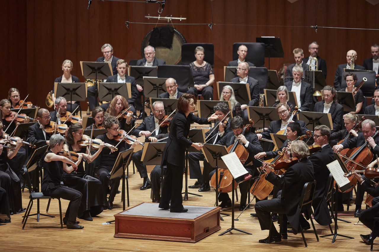 Chang Han-na conducts the Trondheim Symphony Orchestra at a concert at the Seoul Arts Center in southern Seoul on Wednesday. (Credia)