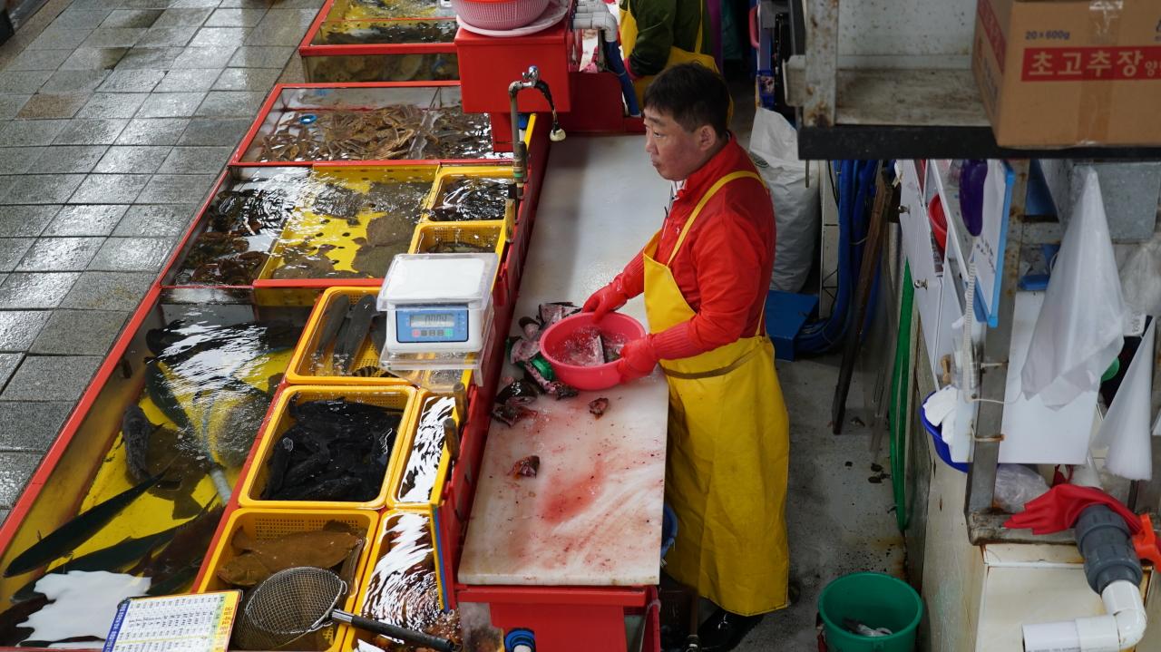 Jagalchi Market (Yoon Min-sik/The Korea Herald)