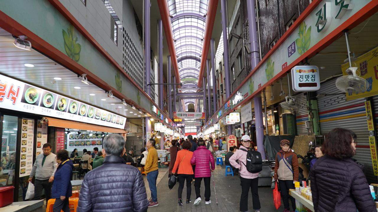 Bupyeong Kkangtong (Night) Market (Yoon Min-sik/The Korea Herald)