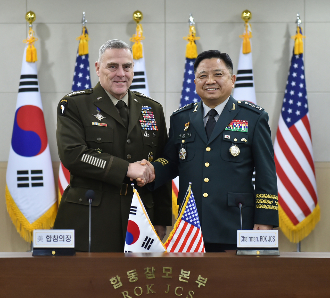 South Korea's Chairman of the Joint Chiefs of Staff Gen. Park Han-ki (right) and his US counterpart, Chairman of the Joint Chiefs of Staff Gen. Mark Milley, pose at the Joint Chiefs of Staff headquarters in Yongsan, central Seoul. (Joint Chiefs of Staff)