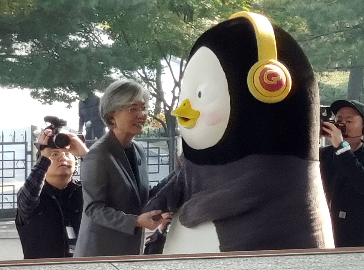 Pengsoo shakes hands with Foreign Minister Kang Kyung-wha at the central government complex in Seoul on Nov.6. (Yonhap)