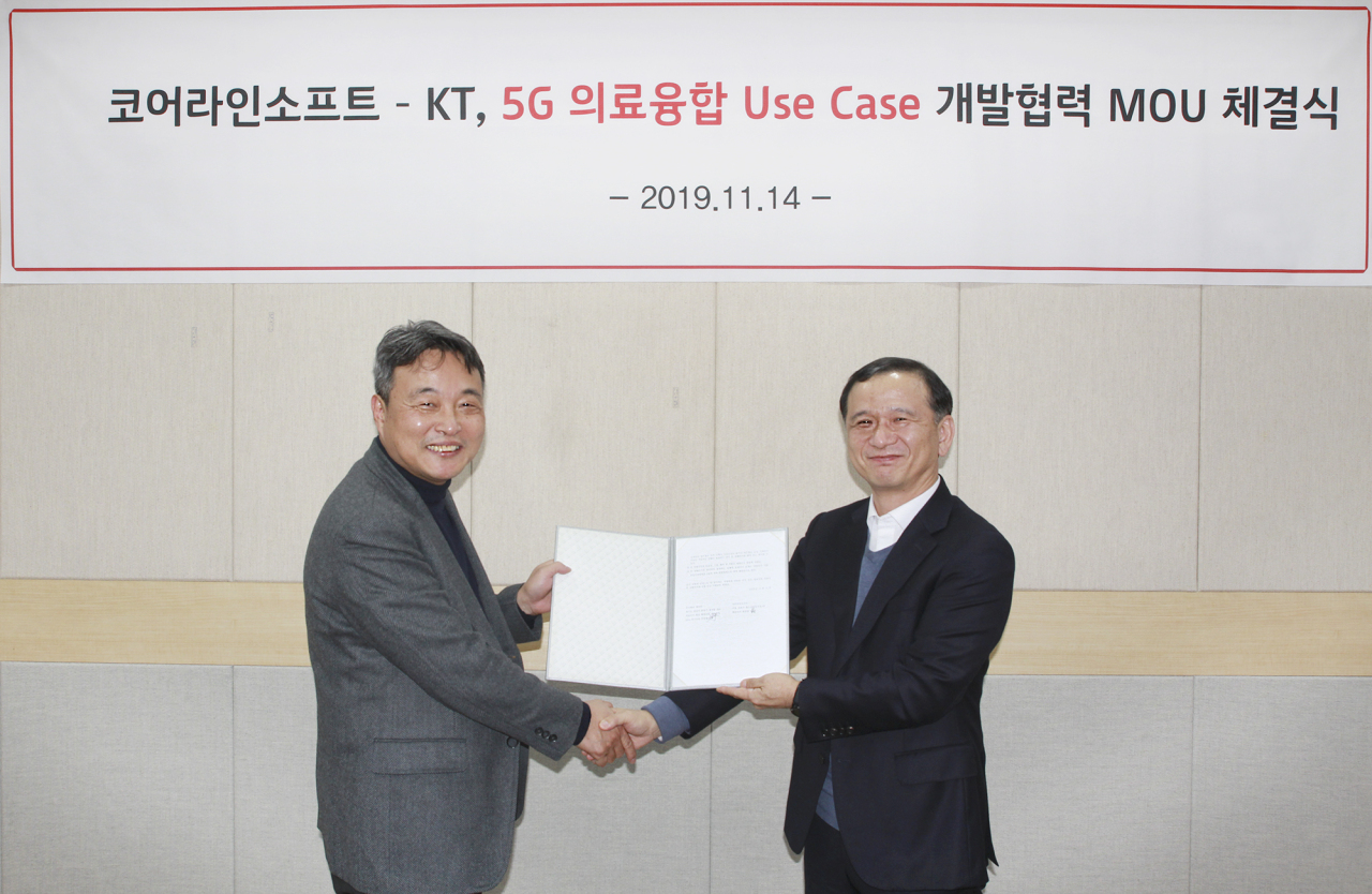 KT Infra Research Lab chief Lee Sun-woo(right) shakes hands with Coreline Soft chief Choi Jung-ho at a MOU signing ceremony in Seoul on Thursday. KT