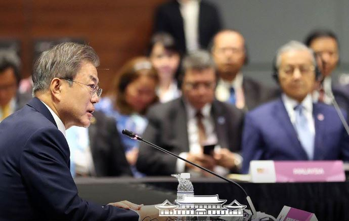President Moon speaks at 2018 ASEAN-ROK summit in Singapore. (Cheong Wa Dae)