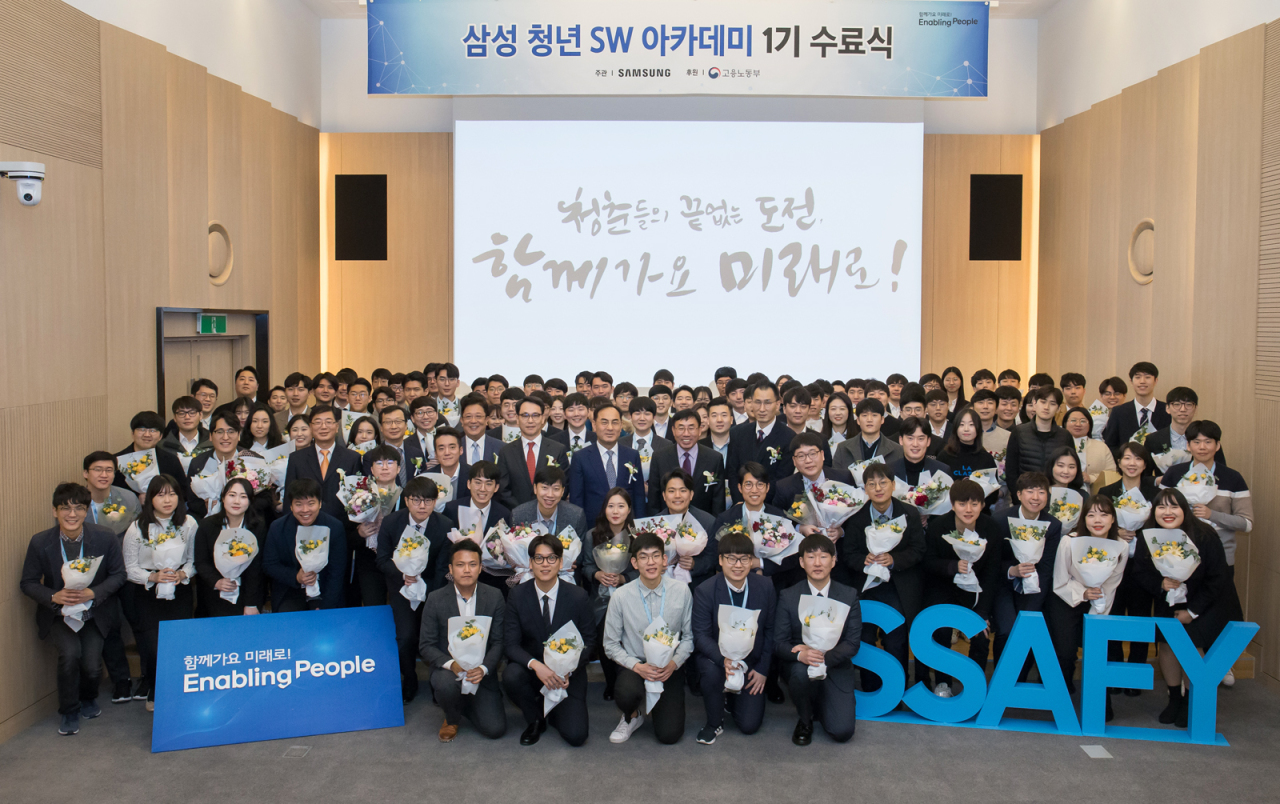 Trainees and officials from Samsung Electronics and the Ministry of Employment and Labor pose for a group photo after a ceremony to mark the completion of the first-year program at Samsung Software Academy for Youth in Seoul on Monday. (Samsung Electronics)