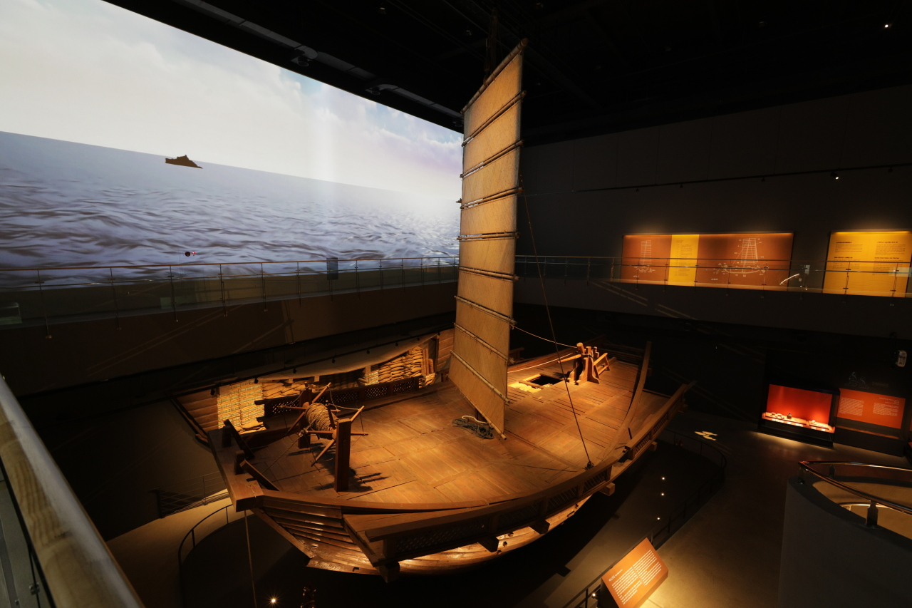 "An installation view of ""Mado Shipwreck No.1"" (Cultural Heritage Administration of Korea)"
