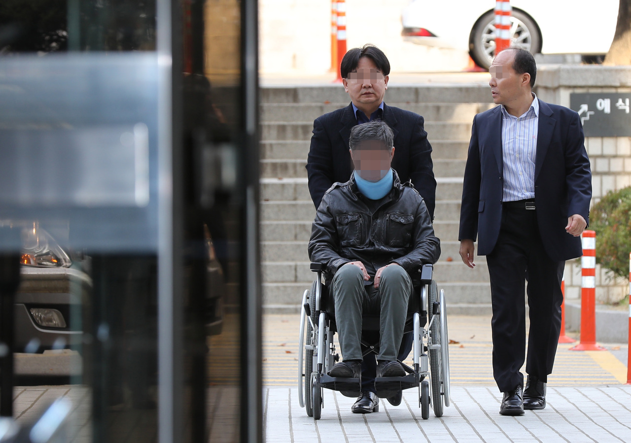 Former Justice Minister Cho Kuk's brother in a wheelchair (Yonhap)