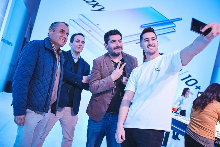Chilean consumers try out a Samsung Galaxy Note 10 phone at a launching event in Santiago, Chile, in August. (Samsung Electronics)
