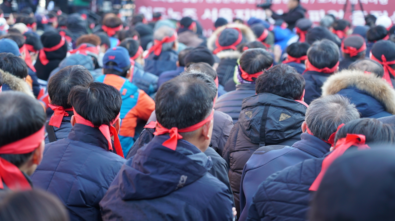 Unionized workers of Korail hold a rally in front of Seoul Station on the first day of the union's general strike on Wednesday (Choi Ji-won/ The Korea Herald)