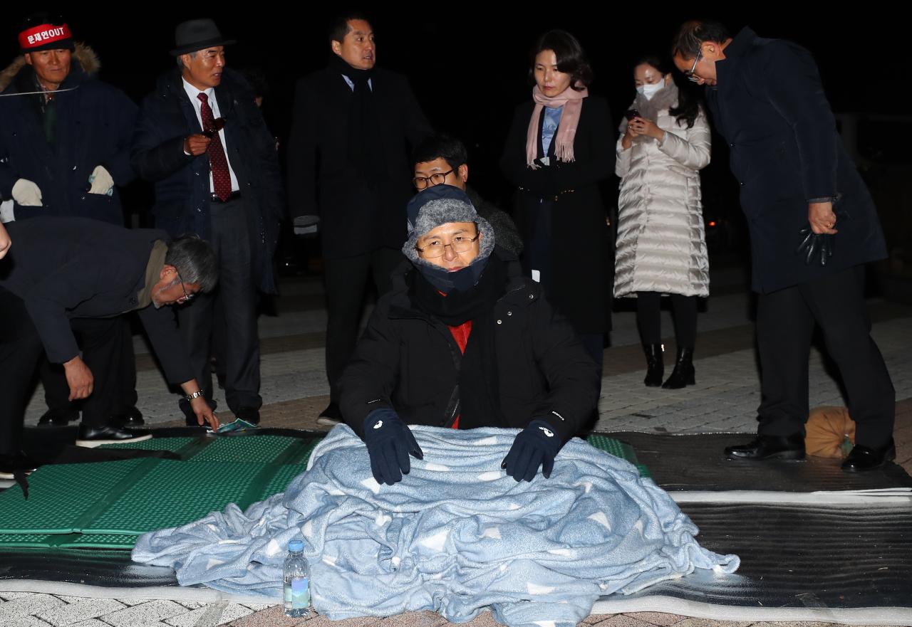 Hwang Kyo-ahn in front of Cheong Wa Dae (Yonhap)