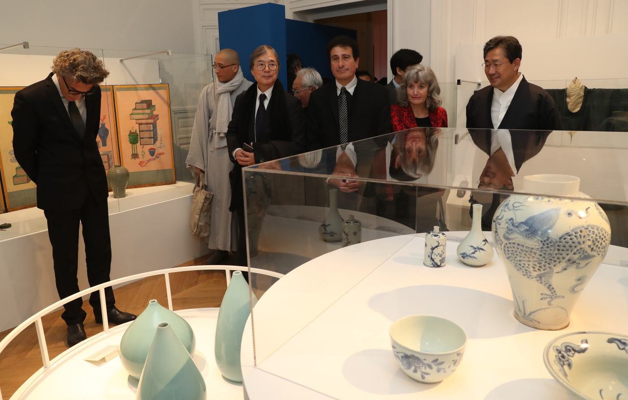 "Participants in the opening ceremony for the Paris Korea Center look around the special exhibition ""Tekkal, Couleurs de Coree"" on Wednesday. (Ministry of Sports, Culture and Tourism)"