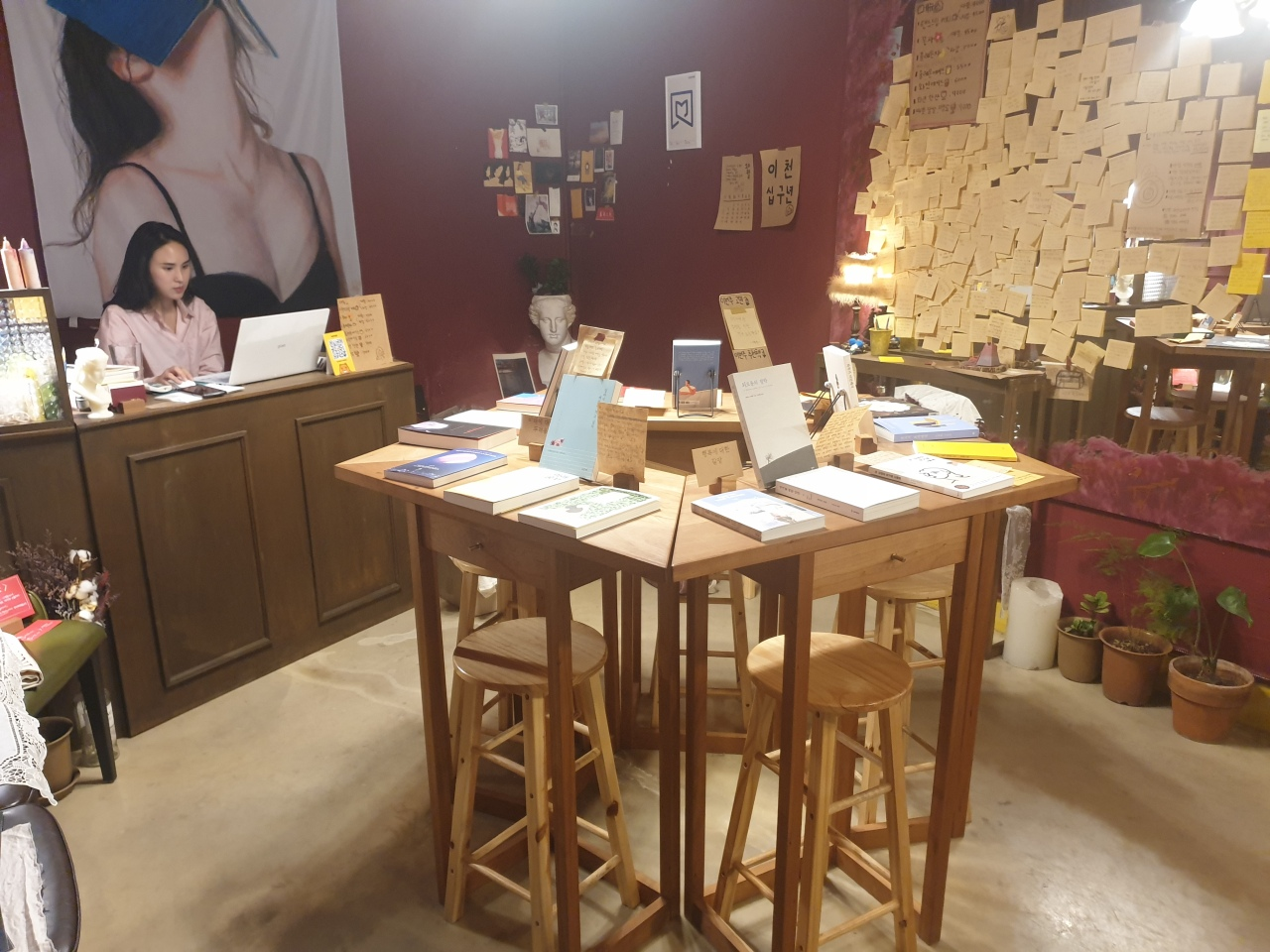 "Kim Hyeon-jeong, owner of The Present World, curates books every month based on notes that people post. One note reads, ""Are you Happy now?"" (Park Yuna/The Korea Herald)"