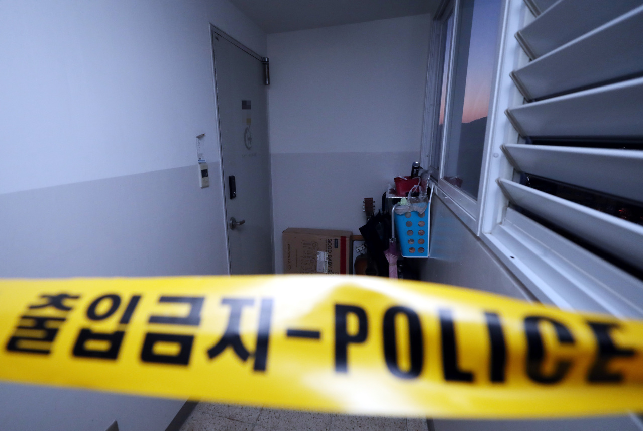Police tape on Wednesday blocks the entracne into the house in Gyeyang, Incheon, where a family of four were found dead the previous day (Yonhap)