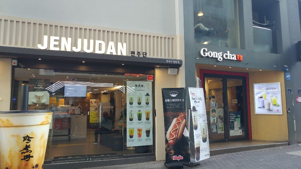 Branches of popular Taiwanese tea franchises Jenjudan and Gong Cha are located next to each other in Myeong-dong, Seoul. (Lee Sun-young/The Korea Herald)