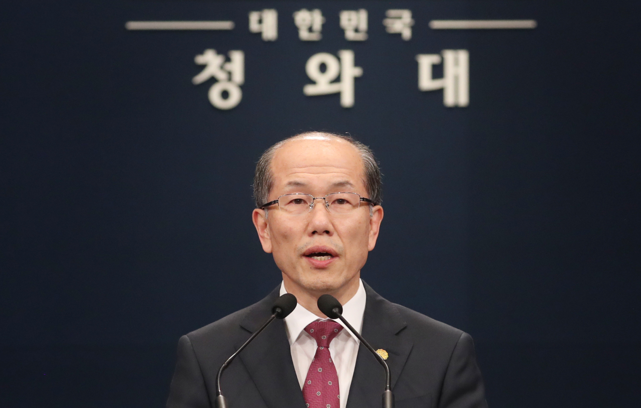 Kim You-geun, deputy director of the national security office, announces Seoul`s decision on the military information sharing agreement with Japan in Seoul on Friday. Yonhap