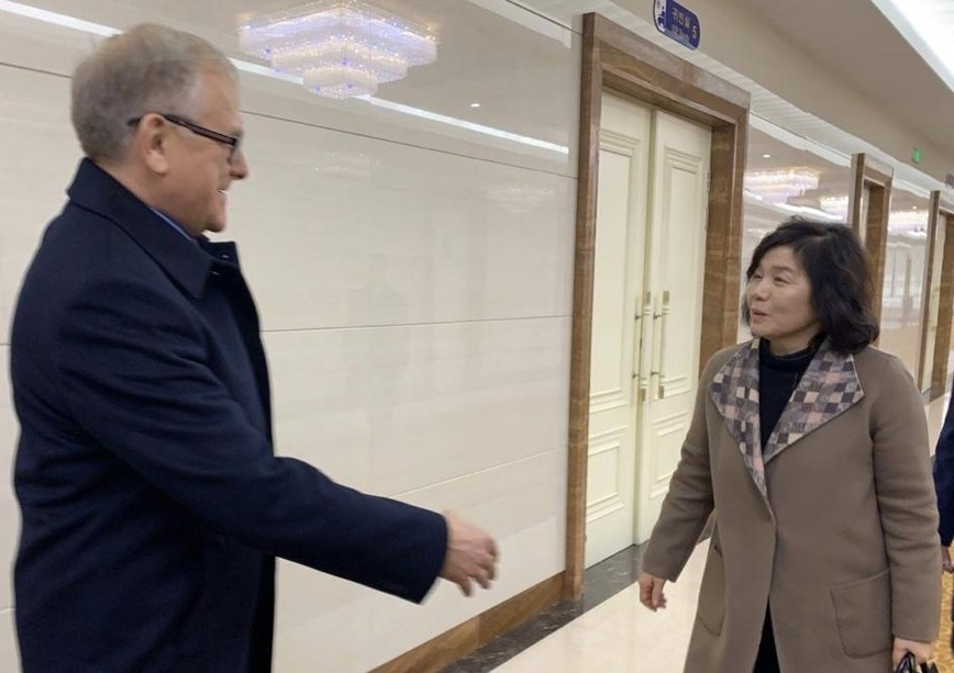 Russia's ambassador to Pyongyang, Alexandre Machegora (Left), sees North Korea's First Vice Foreign Minister Choe Son-hui off at Sunan Airport in the North's capital prior to her departure for Moscow. Yonhap