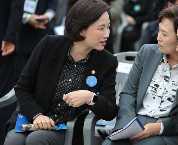 Education Minister Yoo Eun-hae (left) talks with Land Minister Kim Hyun-mee during an official ceremony earlier this year. (Yonhap)