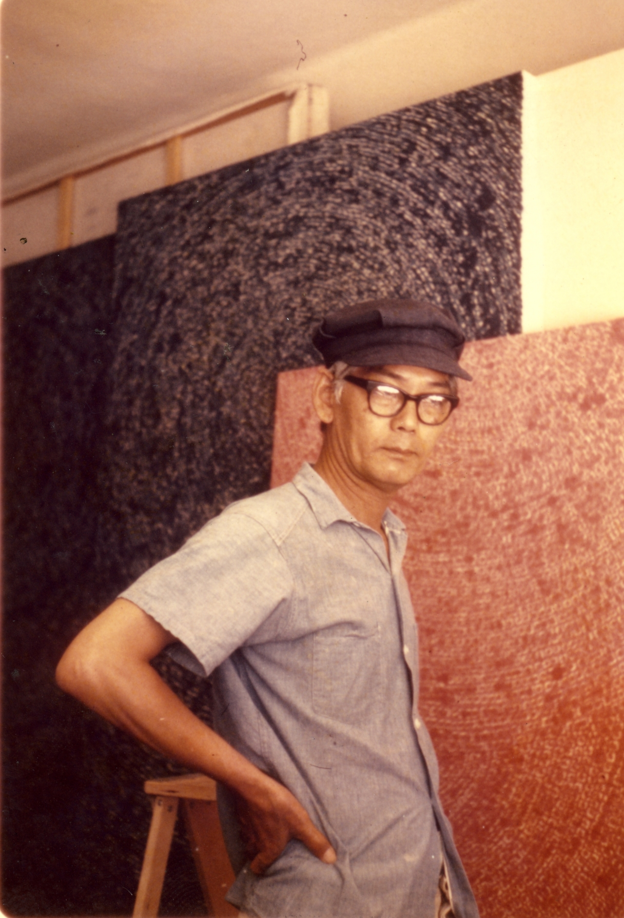 "Kim Whan-ki poses for pictures in front of ""Universe 5-IV-71 #200"" at his studio in New York. (Christie's Korea)"