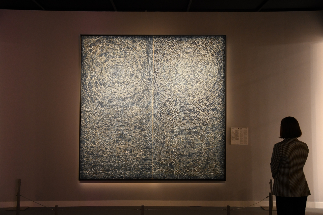 "An installation view of Kim Whan-ki's 1971 painting ""Universe 5-IV-71 #200"" at the Hong Kong Convention and Exhibition Centre, Hong Kong (Yonhap)"