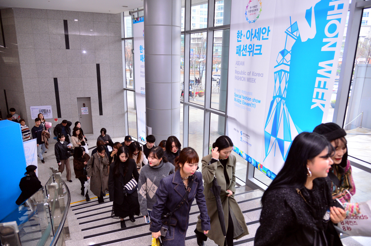 People wait in line to attend ASEAN-ROK Fashion Week, held in the Bexco auditorium in Busan on Sunday. (Park Hyun-koo/The Korea Herald)