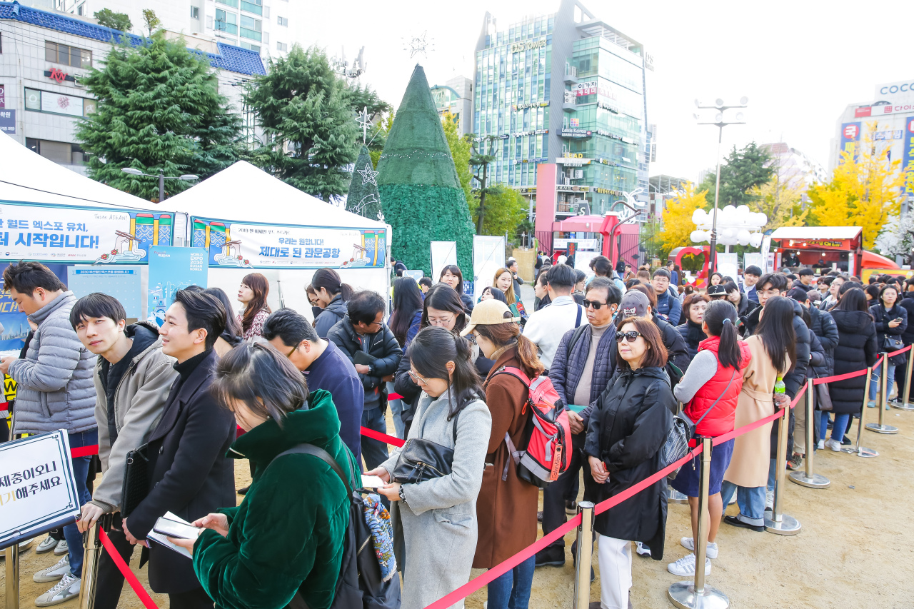 People line up to buy tickets for ASEAN-ROK Food Street in Busan. (Busan Culture & Tourism Festival Organizing Committee.)
