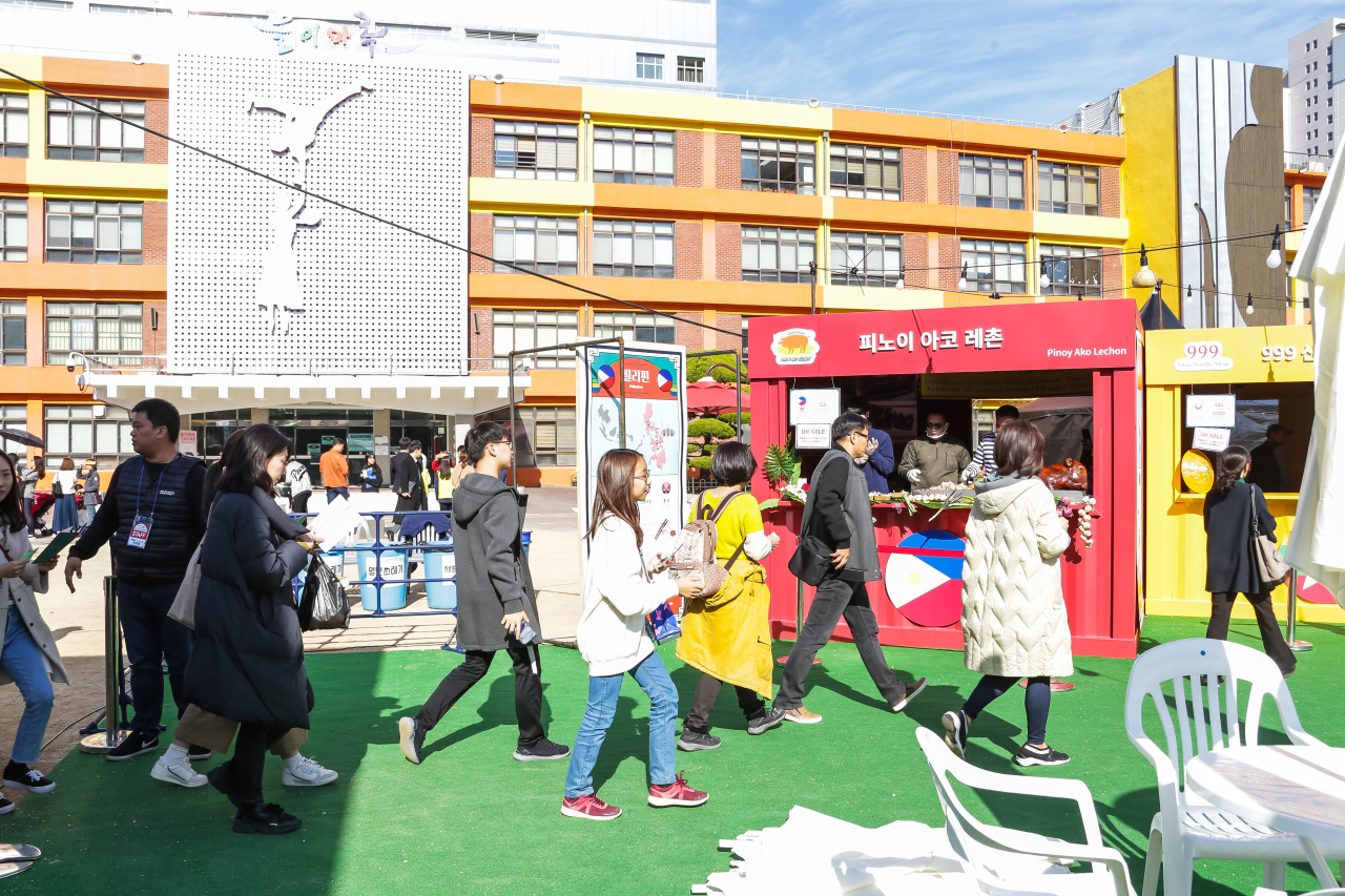 People visit booths at ASEAN-ROK Food Street in Busan. (Busan Culture & Tourism Festival Organizing Committee.)
