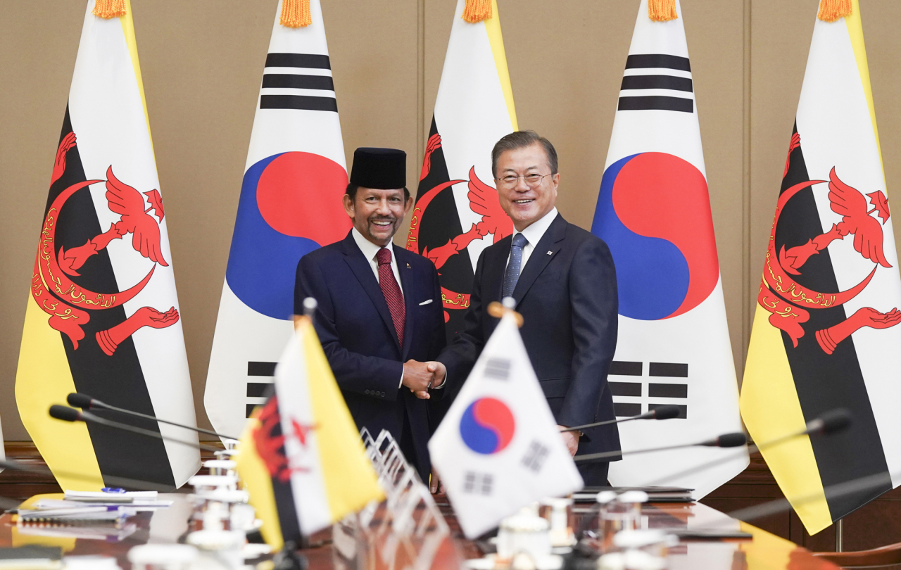 President Moon Jae-in and Sultan Hassanal Bolkiah shake hands at the presidential office on Sunday. Yonhap