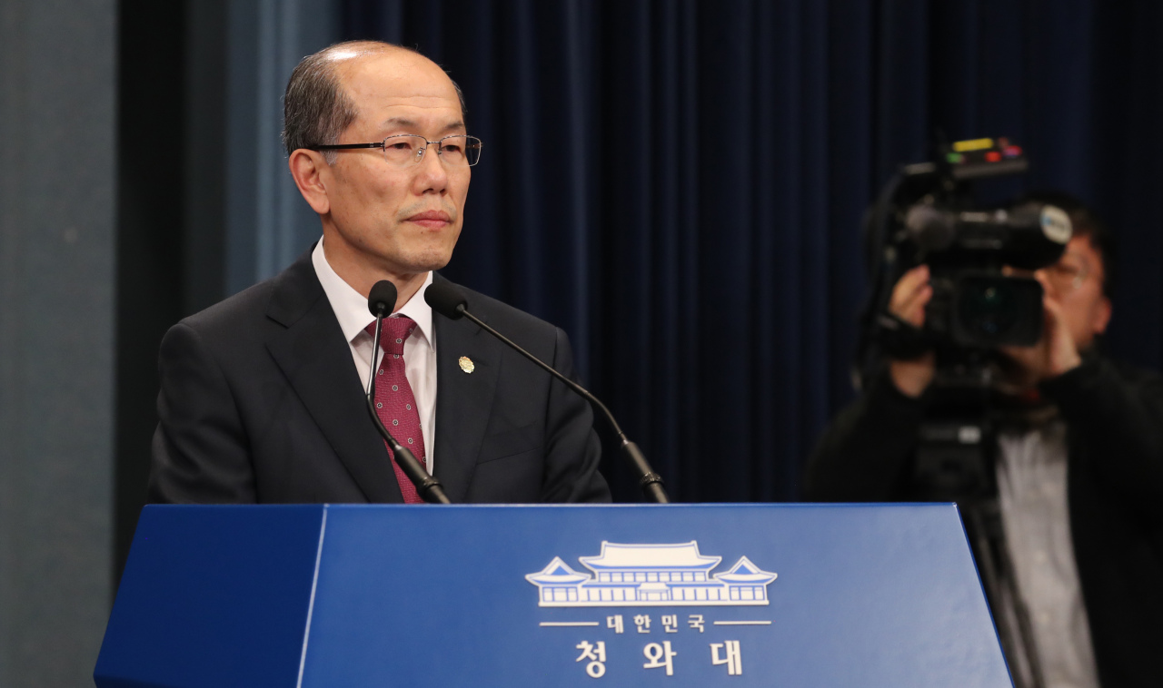 Kim You-geun, deputy director of Cheong Wa Dae`s national security office, announces Seoul`s decision on GSOMIA on Friday. Yonhap