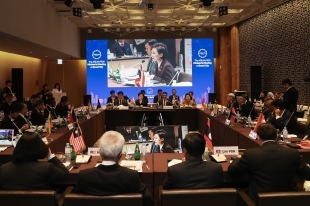 Land ministers from the ASEAN nations and Korea discuss smart city issues in the region at a ministerial meeting held Monday in Busan. (MOLIT)