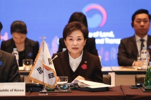 Land Minister Kim Hyun-mee speaks Monday in Busan at a ministerial meeting on smart cities. (MOLIT)