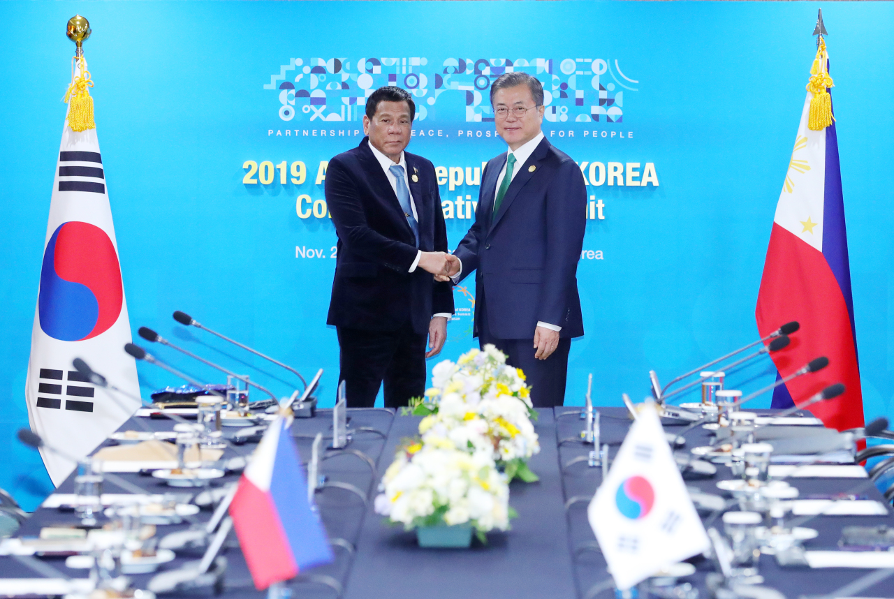 President Moon Jae-in and President Rodrigo Duterte pose ahead of summit talks in Busan on Monday. Yonhap