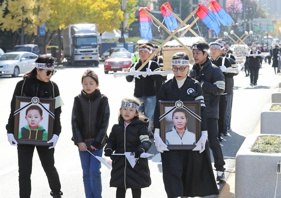 North Korean defectors march in a protest in the Gwanghwamun area in downtown Seoul on Nov. 8, 2019, calling for a probe into the cause of the death of a 42-year-old female North Korean defector and her six-year-old son who were found dead in July apparently due to extreme poverty. (Yonhap)