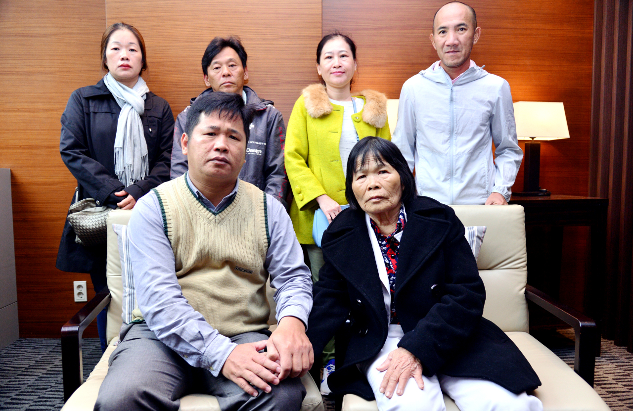 A group of Lai Dai Han people, who visited Seoul to ask for help from the Korean government and lawmakers in their campaign to find their birth parents and gain Korean citizenships, pose for a photo during an interview with The Korea Herald in October. (Park Hyun-koo/The Korea Herald)