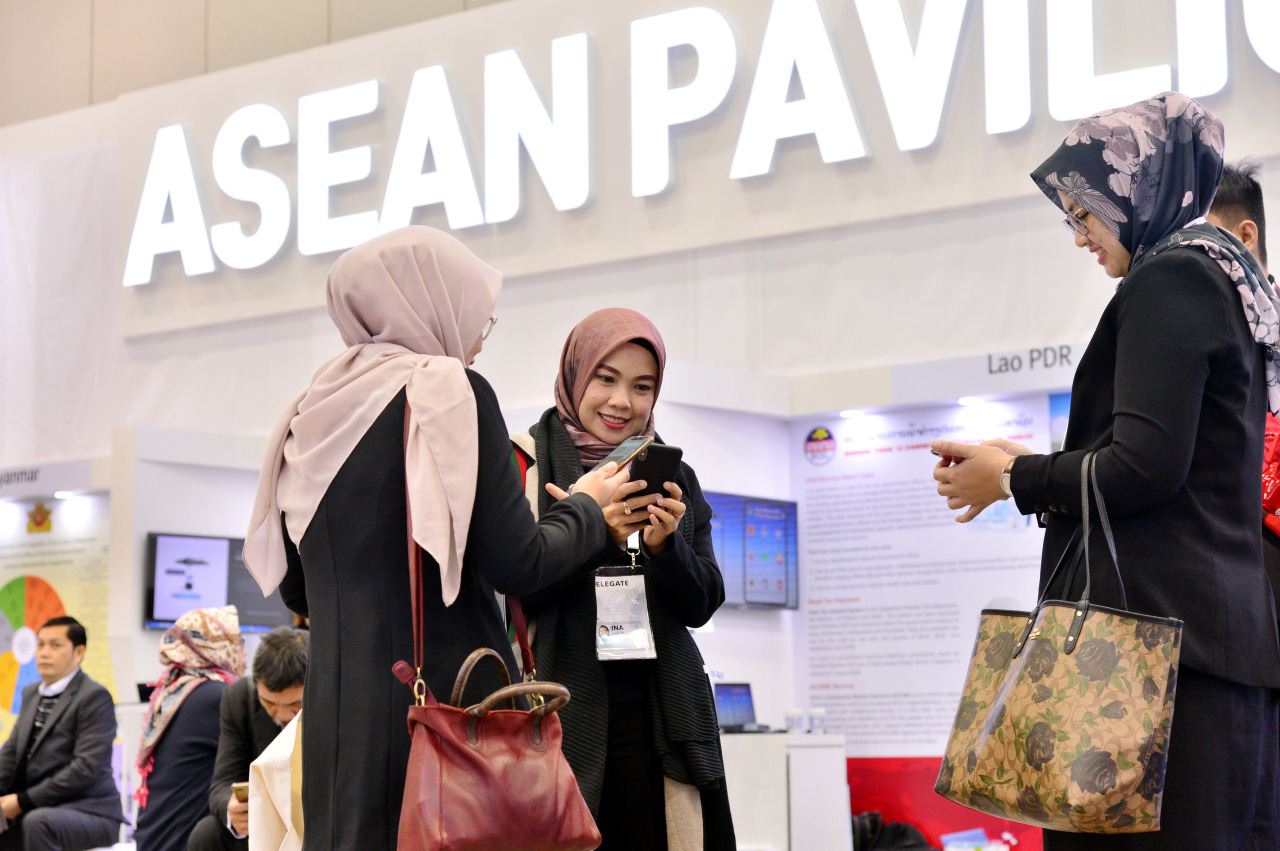 "Visitors look around the ASEAN pavilion at the ""ASEAN-ROK Exhibition on Public Service Innovation"" at Bexco in Busan on Tuesday. (Park Hyun-koo/The Korea Herald)"