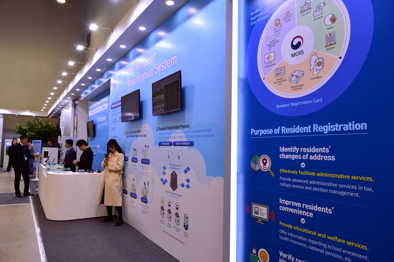 "The Ministry of Interior and Safety operates a booth at the ""ASEAN-ROK Exhibition on Public Service Innovation"" at Bexco in Busan on Tuesday. (Park Hyun-koo/The Korea Herald)"