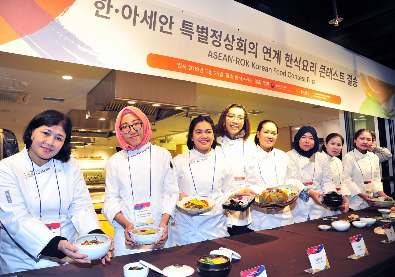 Contestants present Korean dishes made with rice. (KFPI)