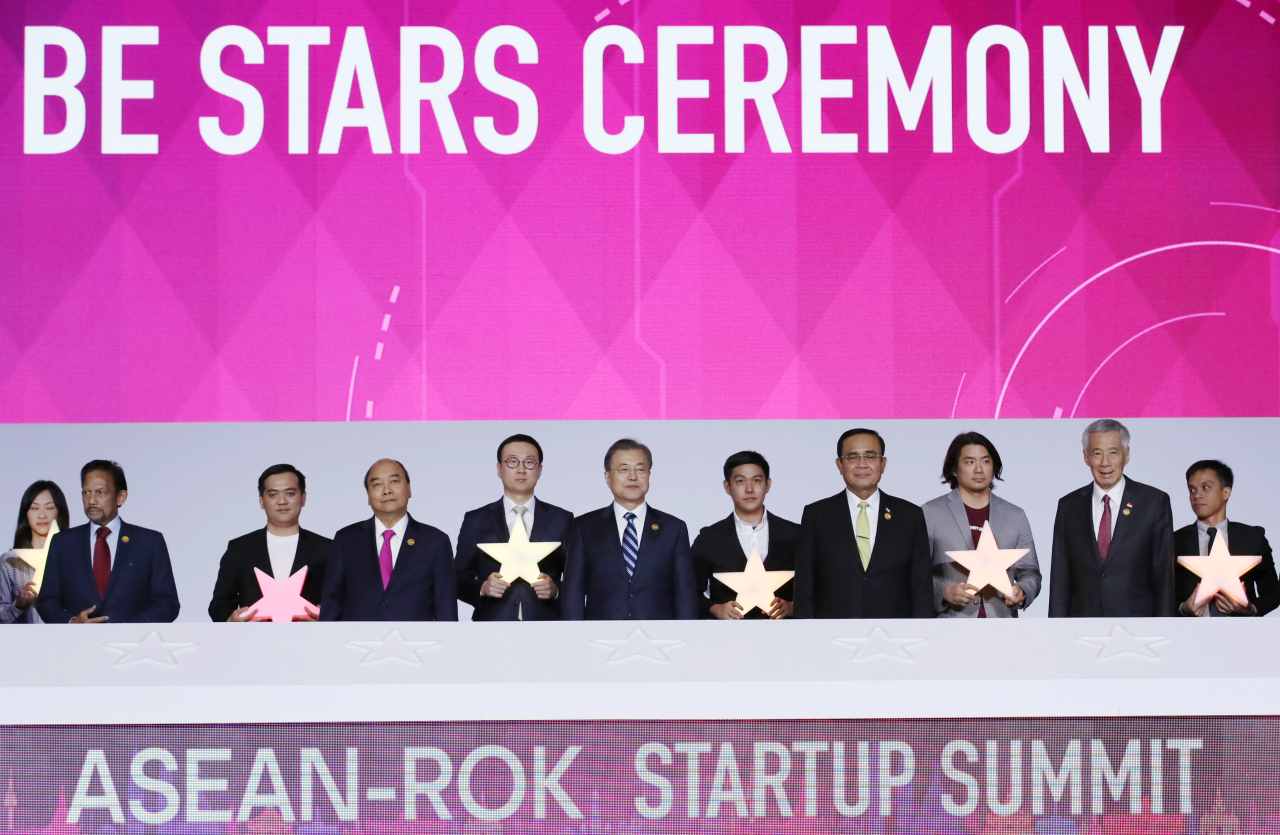 President Moon Jae-in (sixth from right) and ASEAN leaders celebrate the start of the ASEAN-ROK Startup Summit at Bexco in Busan on Tuesday. (Yonhap)