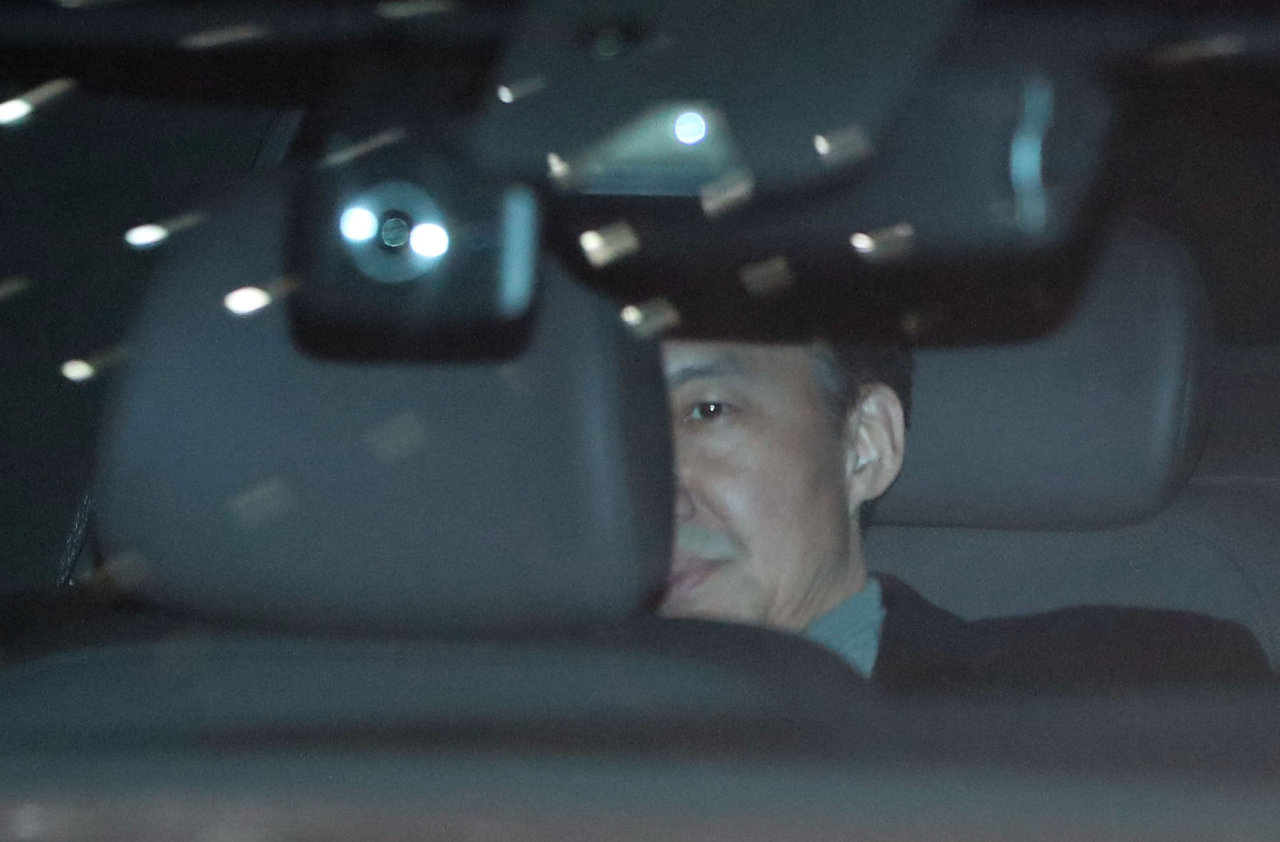 Cho leaves the prosecutors' office Nov. 21 after a second round of questioning. (Yonhap)