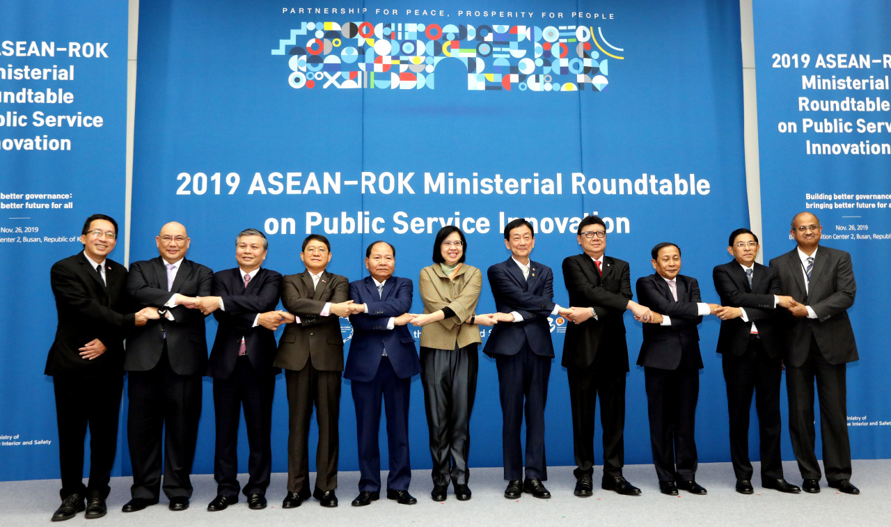 South Korea's Interior Minister Chin Young poses for a photo with participants of 2019 ASEAN-ROK Ministerial Roundtable on Public Service Innovation, held at Bexco in Busan, Tuesday. (Park Hyun-koo/The Korea Herald)