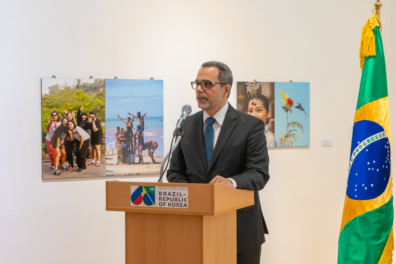 Chargé d'affaires Paulo Cypriano of the Brazil Embassy in Seoul speaks at the opening ceremony of the photo exhibition at the Brazil Embassy in central Seoul last week. (Embassy of Brazil in South Korea)