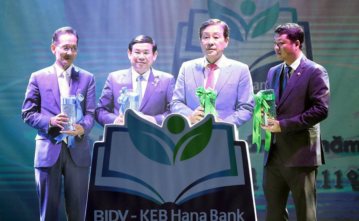 Hana Financial Group Chairman and CEO Kim Jung-tai (third from left) and Hana Bank CEO Ji Sung-kyoo (first from left) with BIDV Chairman Duc Tu Phan (second from left) at a ceremony marking KEB Hana Bank's acquisition of stake in BIDV, in Hanoi, Vietnam, on Nov. 11. (KEB Hana Bank)