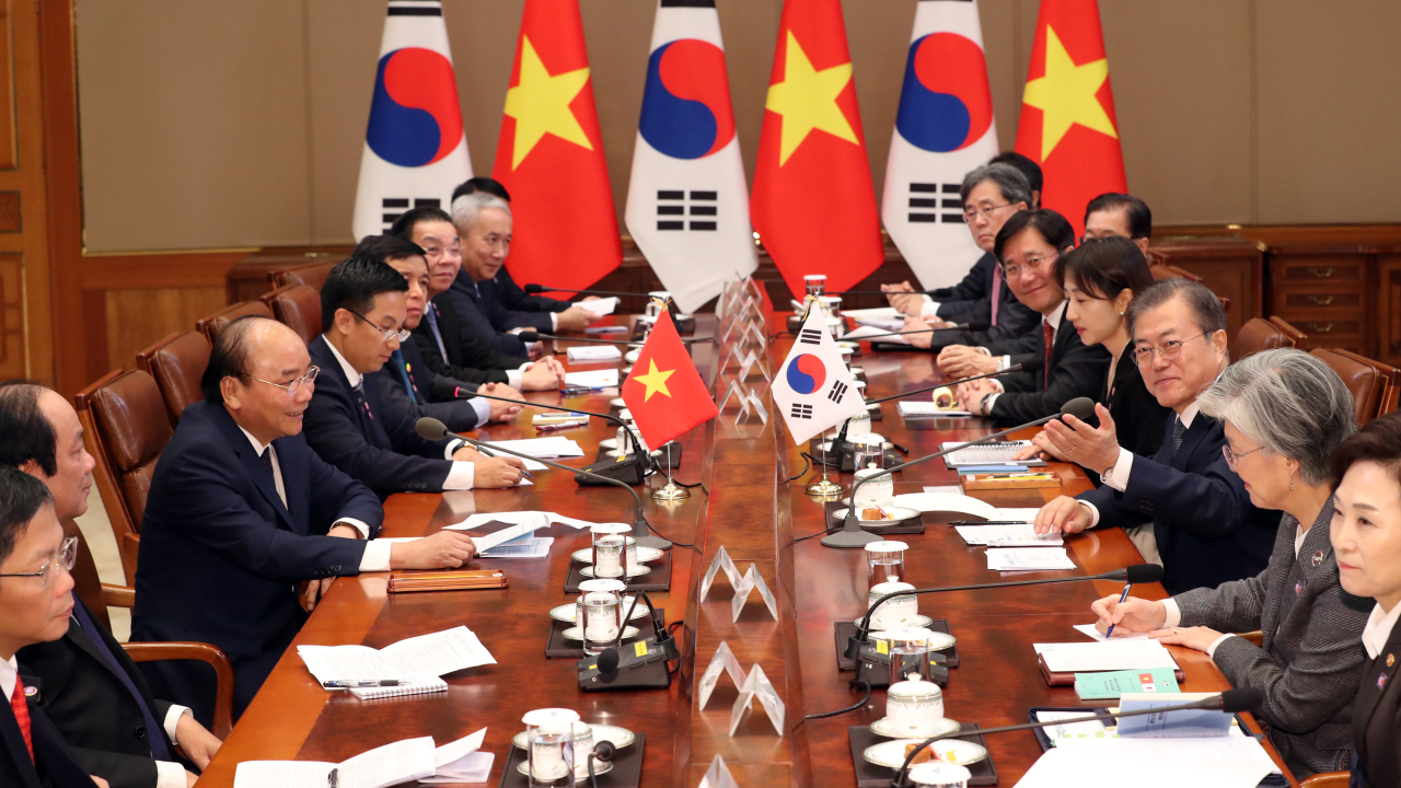 President Moon Jae-in (right), Vietnamese Prime Minister Nguyen Xuan Phuc (left) holds a summit in Seoul on Wednesday. (Yonhap)