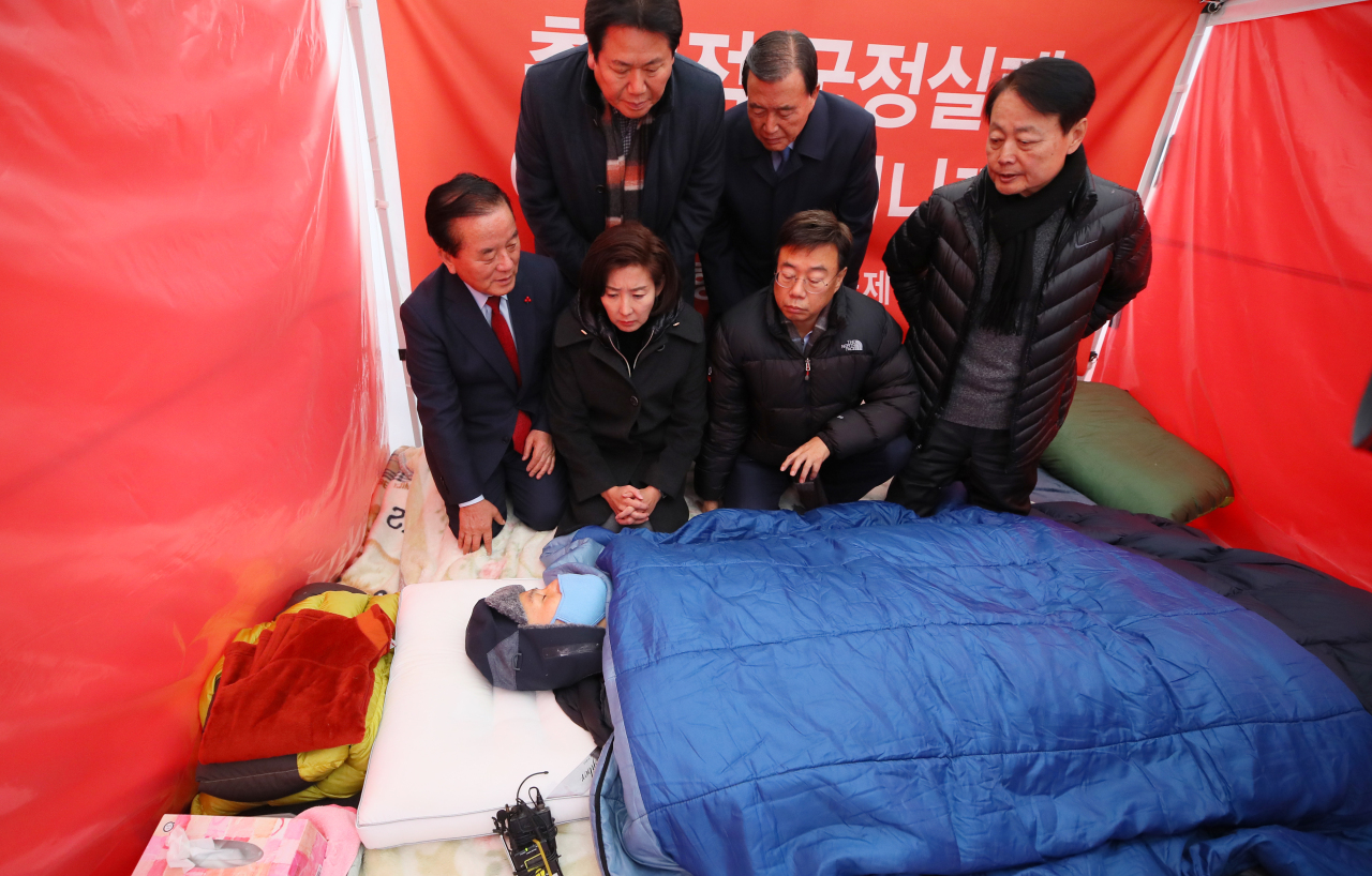 LKP lawmakers meet hunger-striking party chief Hwang Kyo-ahn in a tent on Wednesday. (Yonhap)