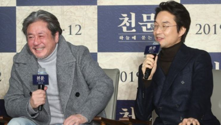 "Choi Min-sik (left) and Han Suk-kyu speak during a press conference for ""Forbidden Dream"" in Seoul on Wednesday. (Yonhap)"