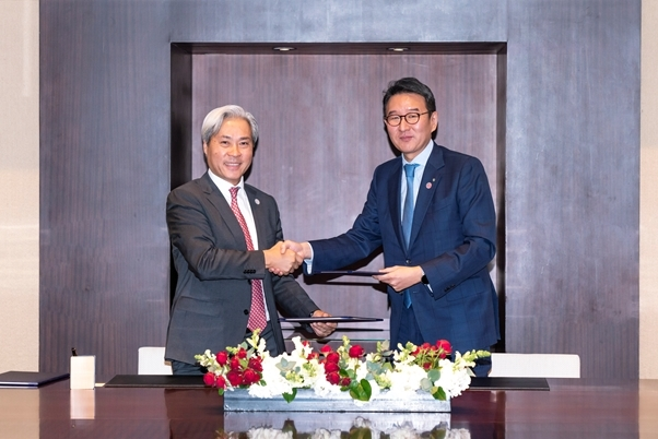Cap - GS Energy President Huh Yong-soo (right) and VinaCapital CEO Don Lam shake hands after signing a memorandum of understanding at Grand Hyatt Hotel in Seoul on Thursday. (GS Energy)