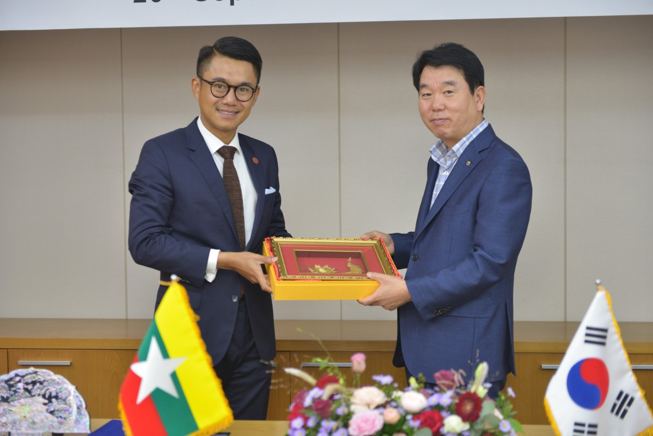 Lee Koo-chan (right), CEO of NH Capital, and HTOO Group Managing Director Pye Phyo Tay Za pose for photos at a meeting in Seoul. (NH Capital)